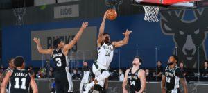 Giannis Antetokounmpo parte para a enterrada em jogo do Bucks contra o Spurs