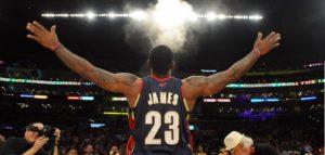 LeBron James e seu tradicional ritual antes do início de um jogo na NBA
