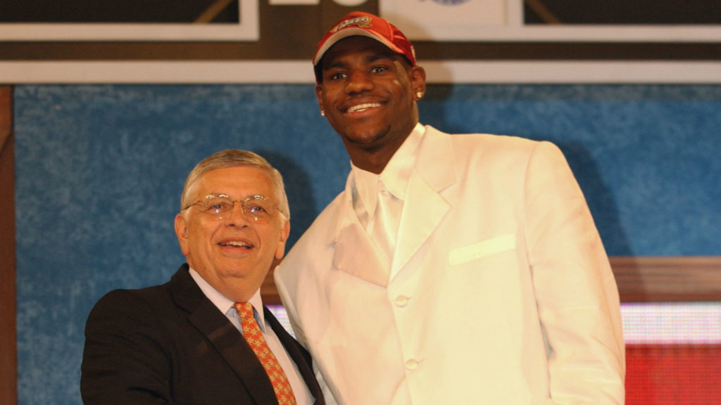 LeBron James ao lado de David Stern no Draft de 2003