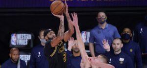 Anthony Davis faz a cesta da vitória do Lakers