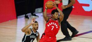 Kyle Lowry pega rebote em jogo do Raptors contra o Nets