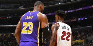 LeBron James e Jimmy Butler em jogo entre Lakers e Heat