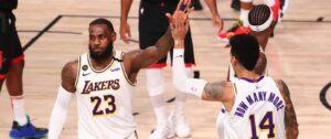 LeBron James cumprimenta Danny Green em jogo que decretou a classificação do Lakers à final do Oeste