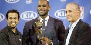 LeBron James com o troféu de MVP da NBA, ao lado de Erik Spoelstra e Pat Riley