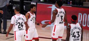 Kyle Lowry e Pascal Siakam se cumprimentam durante jogo do Toronto Raptors