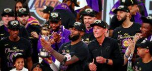 LeBron James e o Los Angeles Lakers recebem o troféu de campeão da NBA