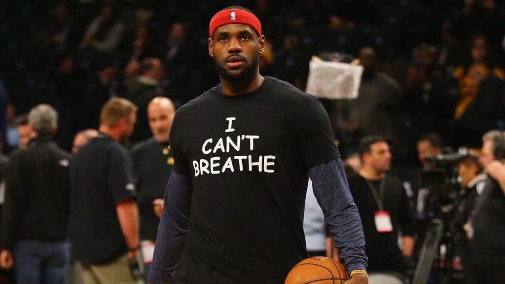 """""""I Can't Breathe"""": mensagem na camiseta de LeBron James protesta contra a morte de Eric Garner, asfixiado por policiais em Nova York"""