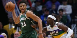 Jrue Holiday tenta marcar Giannis Antetokounmpo; os dois serão companheiros no Milwaukee Bucks