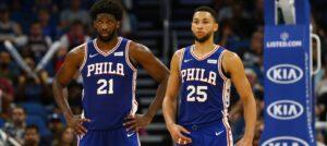 Joel Embiid e Ben Simmons em ação pelo Philadelphia 76ers