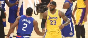 Kawhi Leonard e LeBron James se cumprimentam antes do jogo entre Clippers e Lakers