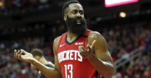 James Harden reclama com a arbitragem em jogo do Houston Rockets