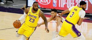 LeBron James arma jogada em partida do Los Angeles Lakers contra o Phoenix Suns