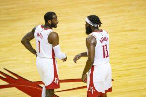 John Wall e James Harden conversam durante partida do Houston Rockets