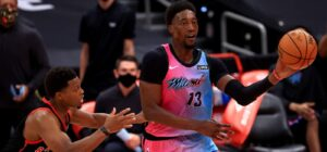 Bam Adebayo, do Miami Heat, é marcado por Kyle Lowry, do Toronto Raptors