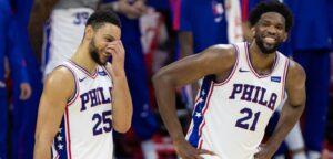 Ben Simmons e Joel Embiid dão risada durante jogo do Philadelphia 76ers